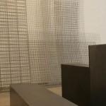 Rauminstallation mit Wellengitter, Stahlkuben und Erde